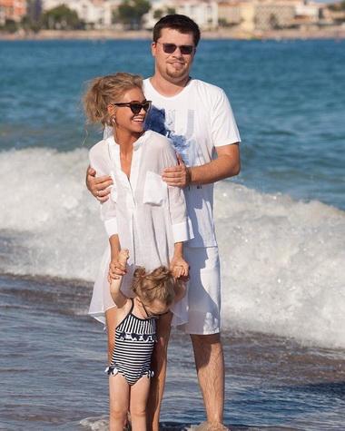 Кристина Асмус с мужем на море.