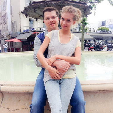 Кристина Асмус с мужем на прогулке.