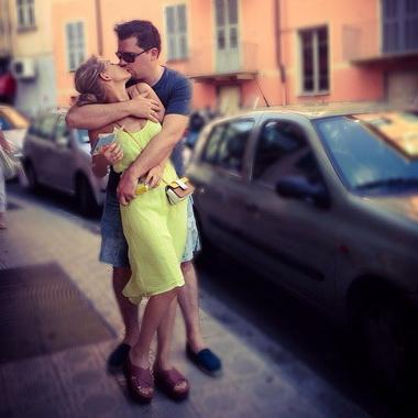 Кристина Асмус си Гарик Харламов целуются.
