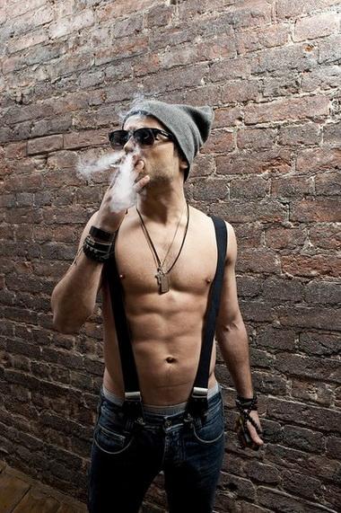 Курит.